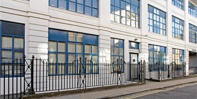 Asking Price £800,000, 3 Bedroom Flat For Sale in London, E14