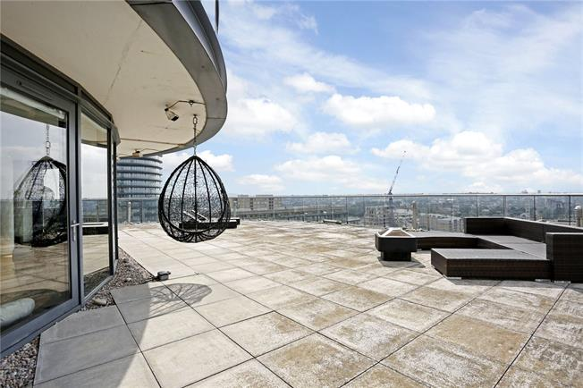 Asking Price £1,700,000, 2 Bedroom Flat For Sale in London, E14