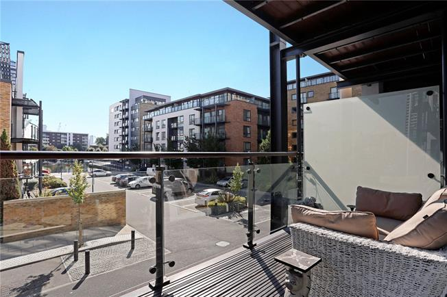 Asking Price £575,000, 2 Bedroom Flat For Sale in London, E14