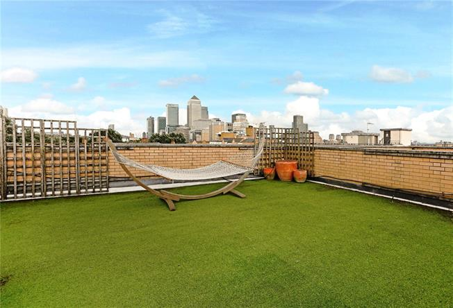 Asking Price £995,000, 3 Bedroom Flat For Sale in London, E14