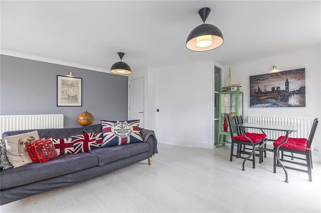 Asking Price £500,000, 2 Bedroom Flat For Sale in London, E14