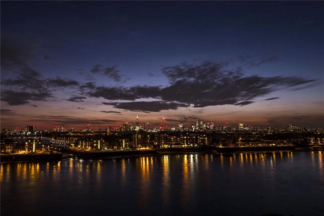 Asking Price £1,660,000, 3 Bedroom Flat For Sale in Canary Wharf, London, E14