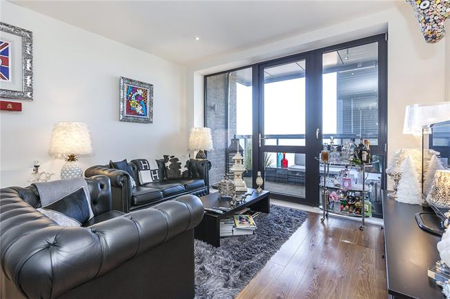 Asking Price £465,000, 2 Bedroom Flat For Sale in London, E14