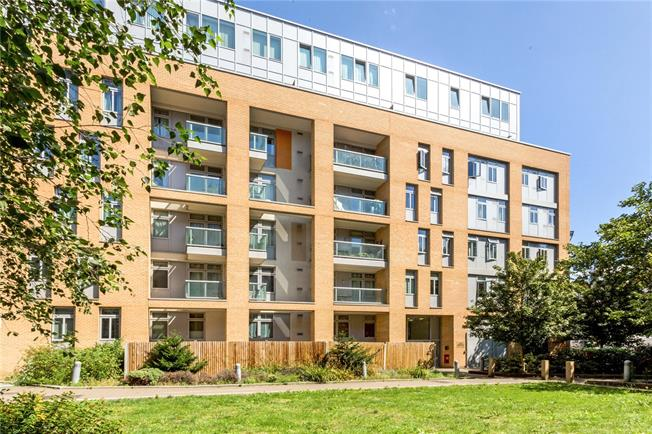 Asking Price £450,000, 2 Bedroom Flat For Sale in London, E14