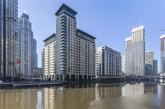 Asking Price £650,000, 2 Bedroom Flat For Sale in London, E14