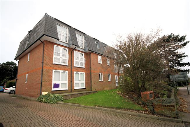 Guide Price £380,000, 2 Bedroom Flat For Sale in Bushey, WD23