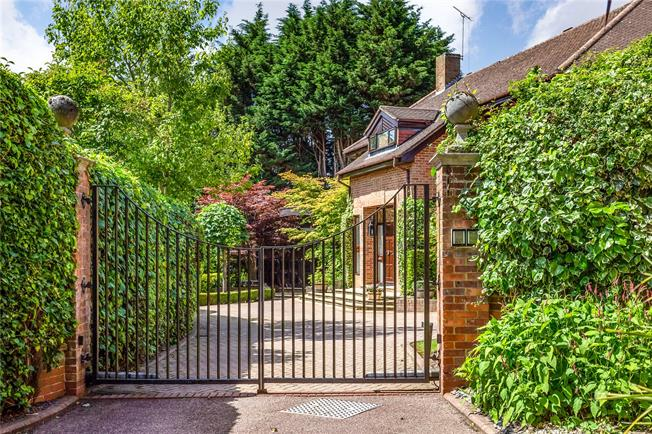 Asking Price £2,000,000, 4 Bedroom Detached House For Sale in Bushey, WD23
