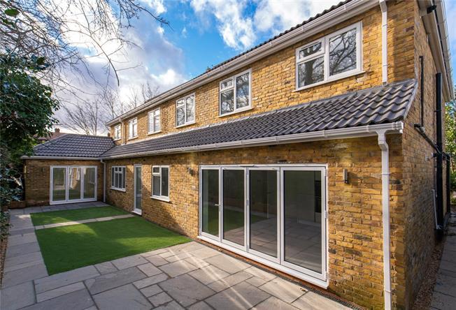 Offers in the region of £475,000, 2 Bedroom Flat For Sale in Bushey Heath, WD23