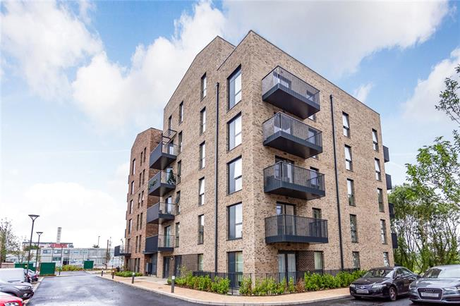 Asking Price £345,000, 2 Bedroom Flat For Sale in Watford, Hertfordshire, WD18