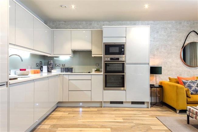 Asking Price £325,000, 1 Bedroom Flat For Sale in St. Albans, Hertfordshire, AL1