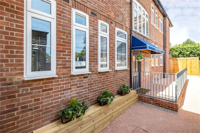 Offers in the region of £299,950, 1 Bedroom Flat For Sale in Stanmore, HA7