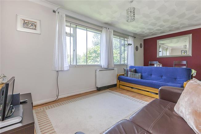 Asking Price £325,000, 2 Bedroom Flat For Sale in London, SE10