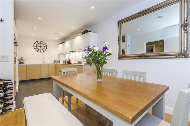 Guide Price £600,000, 3 Bedroom Flat For Sale in London, SE10