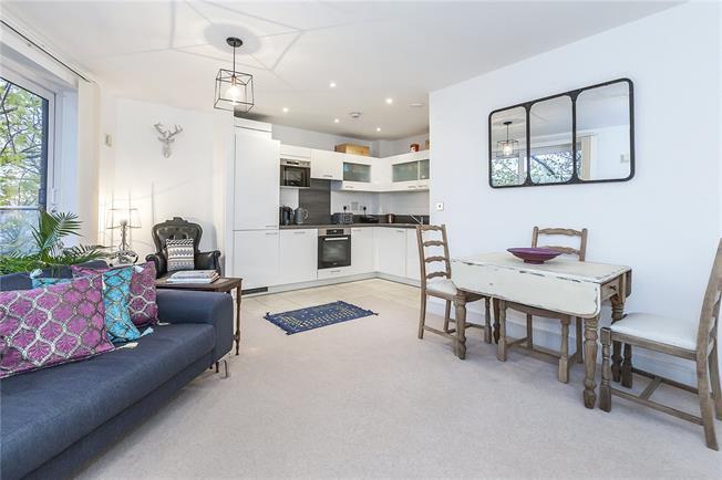 Asking Price £350,000, 1 Bedroom Flat For Sale in London, SE8