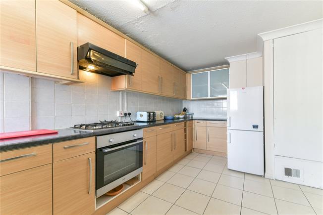 Asking Price £325,000, 3 Bedroom Flat For Sale in London, SE8
