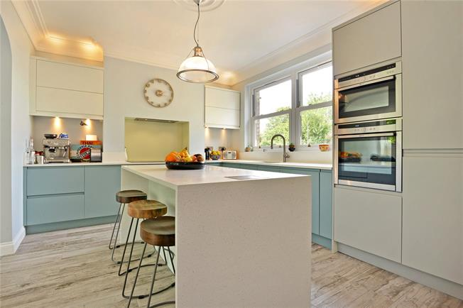 Offers in excess of £700,000, 3 Bedroom Flat For Sale in London, SE3
