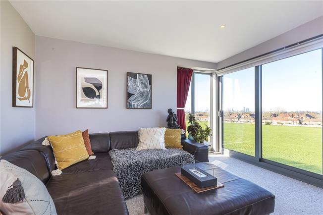 Asking Price £350,000, 2 Bedroom Flat For Sale in London, SE18