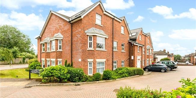 Guide Price £205,000, 2 Bedroom Flat For Sale in Salisbury, SP2