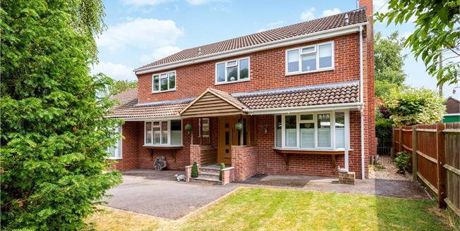 Guide Price £650,000, 4 Bedroom Detached House For Sale in Alderbury, SP5