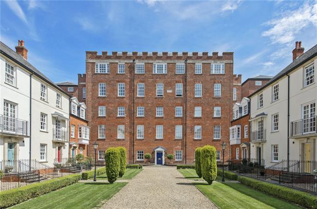 Guide Price £650,000, 3 Bedroom Flat For Sale in Salisbury, SP2