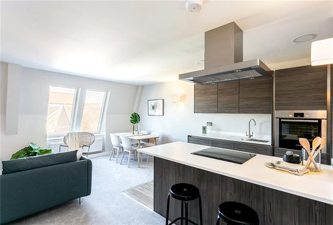 Guide Price £200,000, 1 Bedroom Flat For Sale in Salisbury, Wiltshire, SP1