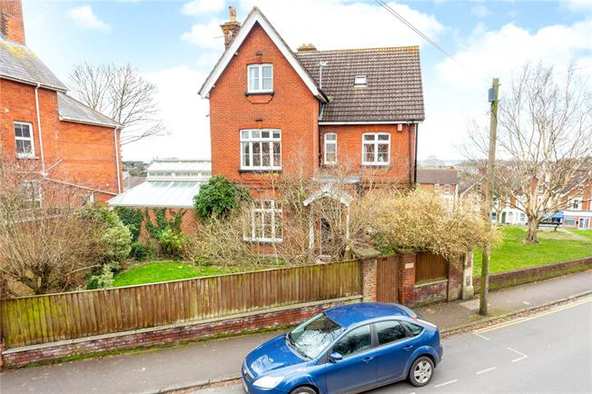 Guide Price £850,000, 5 Bedroom Detached House For Sale in Salisbury, SP1