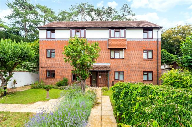 Guide Price £162,500, 2 Bedroom Flat For Sale in Salisbury, SP1