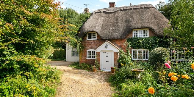 Guide Price £750,000, 5 Bedroom Detached House For Sale in Winterslow, SP5