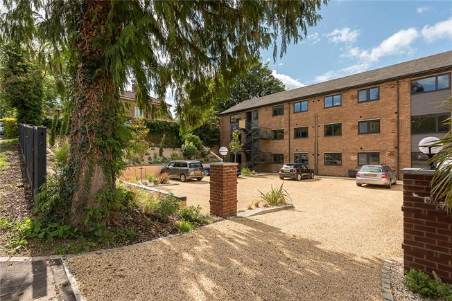 Asking Price £287,500, 2 Bedroom Flat For Sale in Wooburn Green, Buckingham, HP10