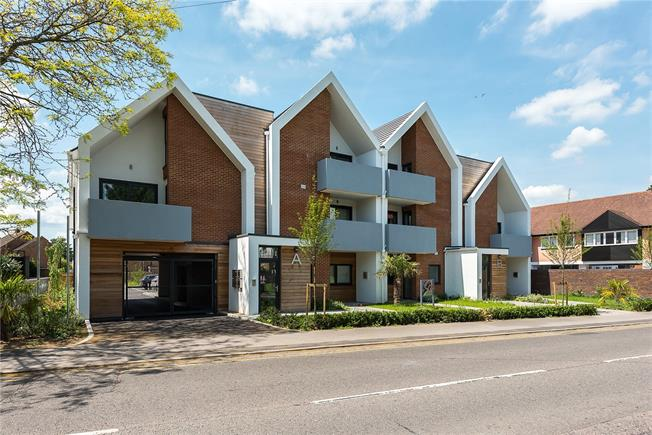 Asking Price £395,000, 2 Bedroom Flat For Sale in Bourne End, SL8