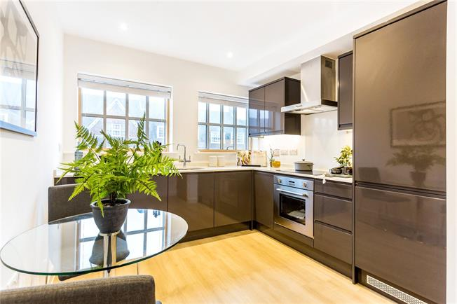 Asking Price £425,000, 2 Bedroom Flat For Sale in Amersham, HP6