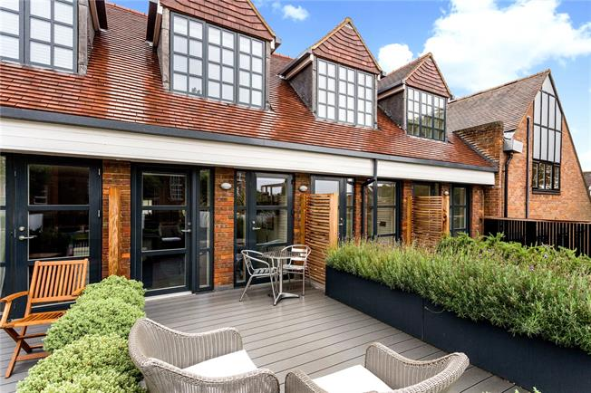 Asking Price £475,000, 2 Bedroom Flat For Sale in Amersham, HP6