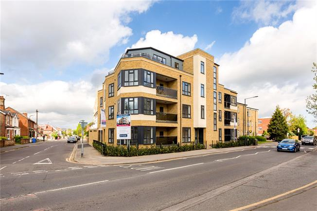 Asking Price £350,000, 2 Bedroom Flat For Sale in Maidenhead, SL6