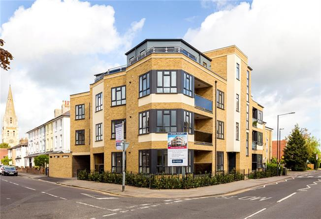Asking Price £395,000, 2 Bedroom Flat For Sale in Maidenhead, Berkshire, SL6