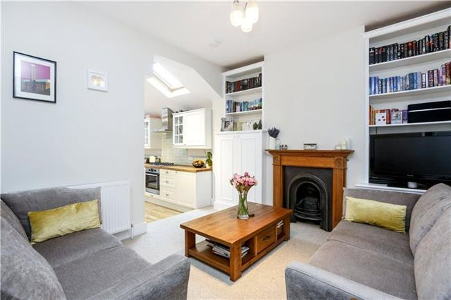 Asking Price £625,000, 2 Bedroom Flat For Sale in London, SW18