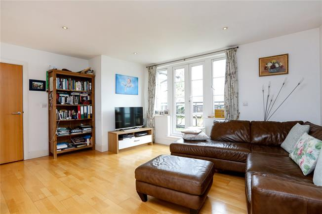 Guide Price £550,000, 2 Bedroom Flat For Sale in London, SW18
