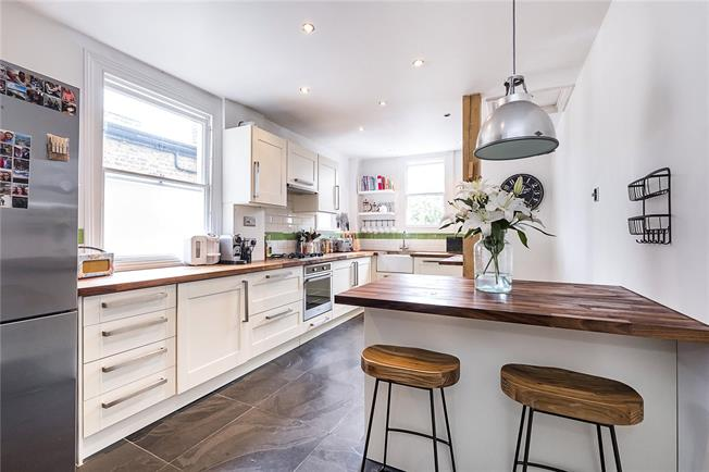 Guide Price £650,000, 3 Bedroom Flat For Sale in London, SW18