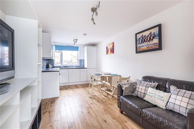 Guide Price £300,000, 2 Bedroom Flat For Sale in London, SW18