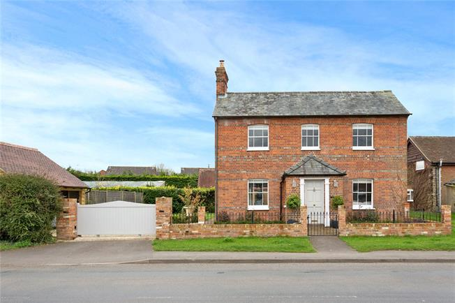 Guide Price £675,000, 4 Bedroom Detached House For Sale in Chalgrove, OX44