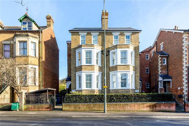 Guide Price £325,000, 1 Bedroom Flat For Sale in Oxford, Oxfordshire, OX4