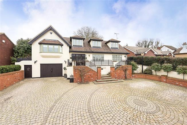Guide Price £800,000, 4 Bedroom Detached House For Sale in Caddington, LU1
