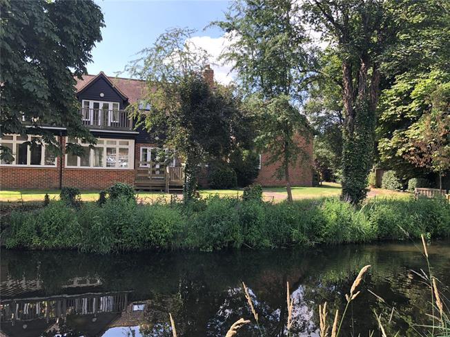 Guide Price £899,000, 3 Bedroom Semi Detached House For Sale in Wheathampstead, AL4