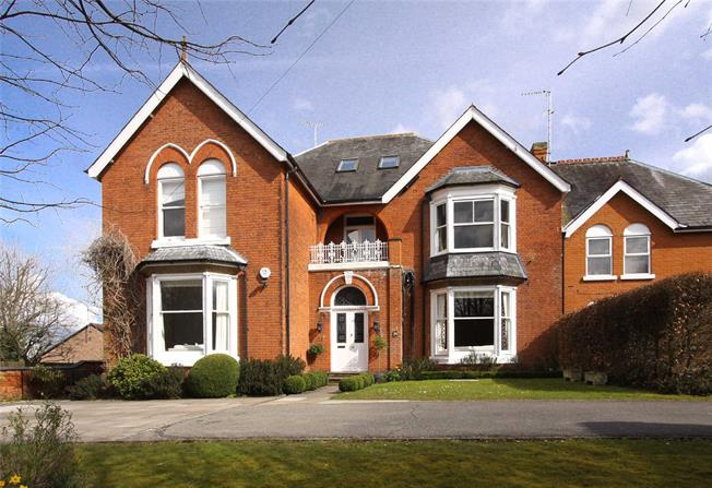 Guide Price £850,000, 3 Bedroom Semi Detached House For Sale in Wheathampstead, AL4