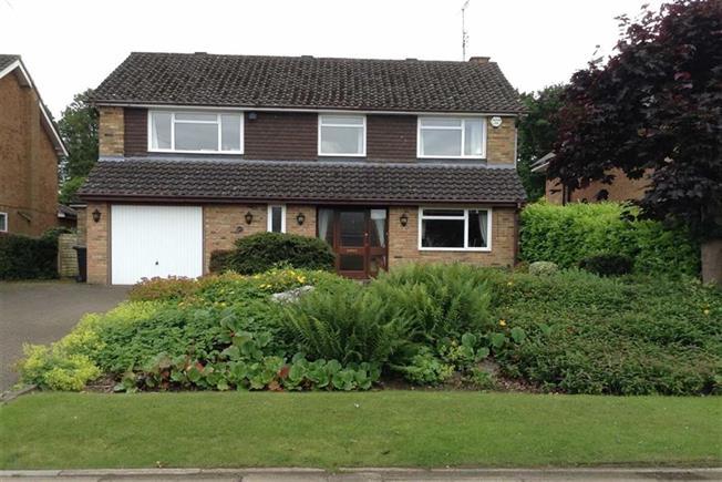 Guide Price £1,225,000, 4 Bedroom Detached House For Sale in Harpenden, AL5