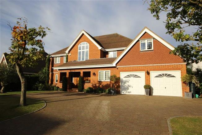 Guide Price £2,395,000, 6 Bedroom Detached House For Sale in Harpenden, AL5