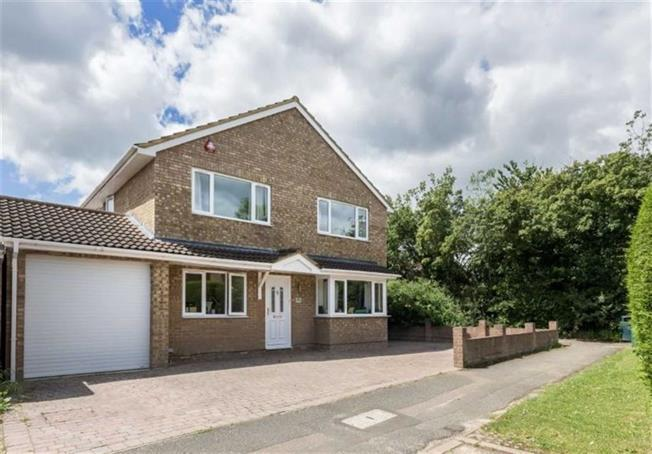 Guide Price £995,950, 5 Bedroom Detached House For Sale in Harpenden, AL5