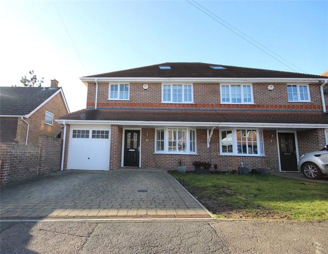 Guide Price £875,000, 4 Bedroom Semi Detached House For Sale in Harpenden, AL5