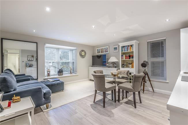 Asking Price £450,000, 2 Bedroom Flat For Sale in London, N20
