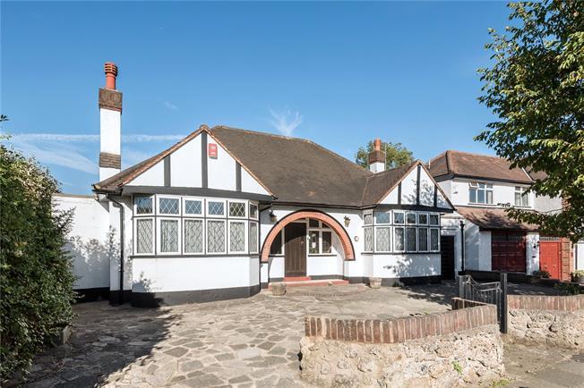 Asking Price £850,000, 2 Bedroom Garage For Sale in London, N20