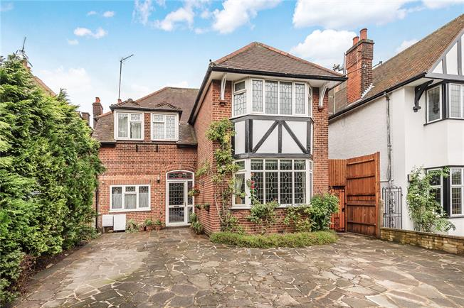 Asking Price £1,100,000, 4 Bedroom Detached House For Sale in London, N20